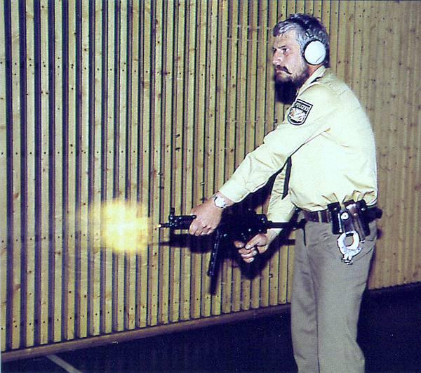 Polizist-mit-MP.jpg