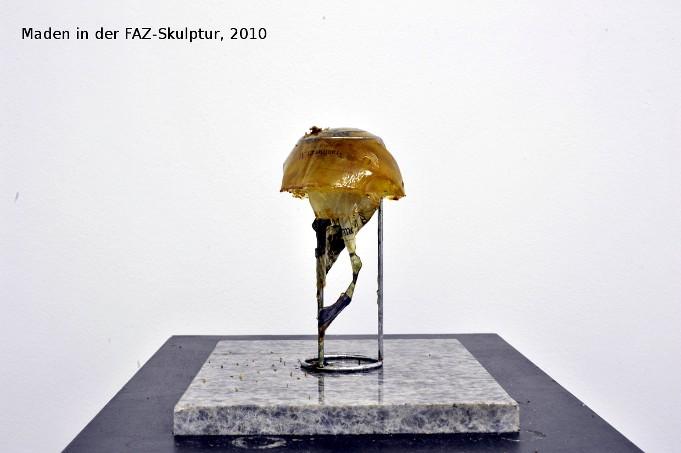 maden in der Faz-Skulptur.jpg